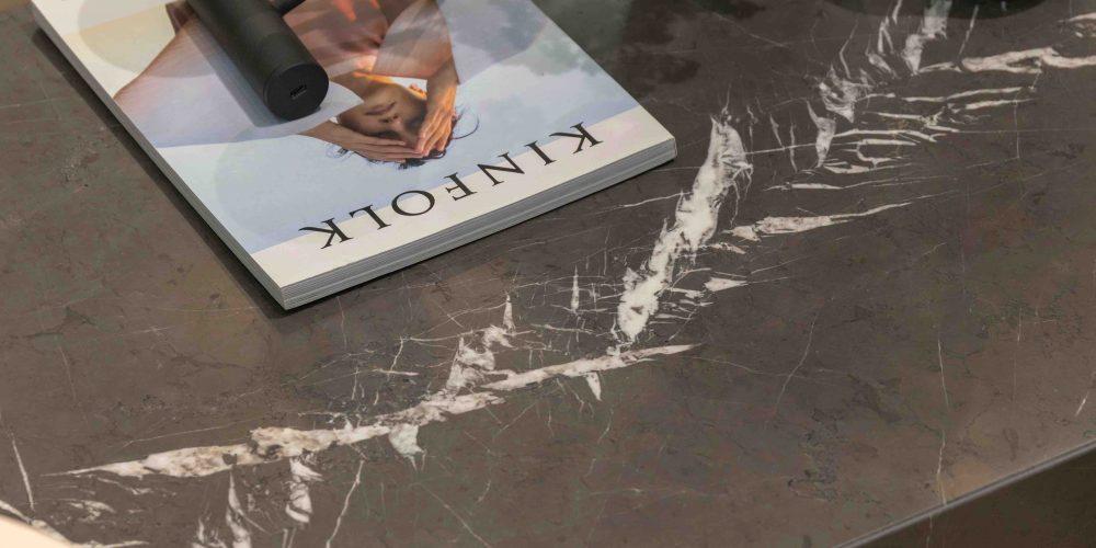 tavolo di marmo nero con giornale